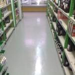 decorativen pod vo supermarket-magacin